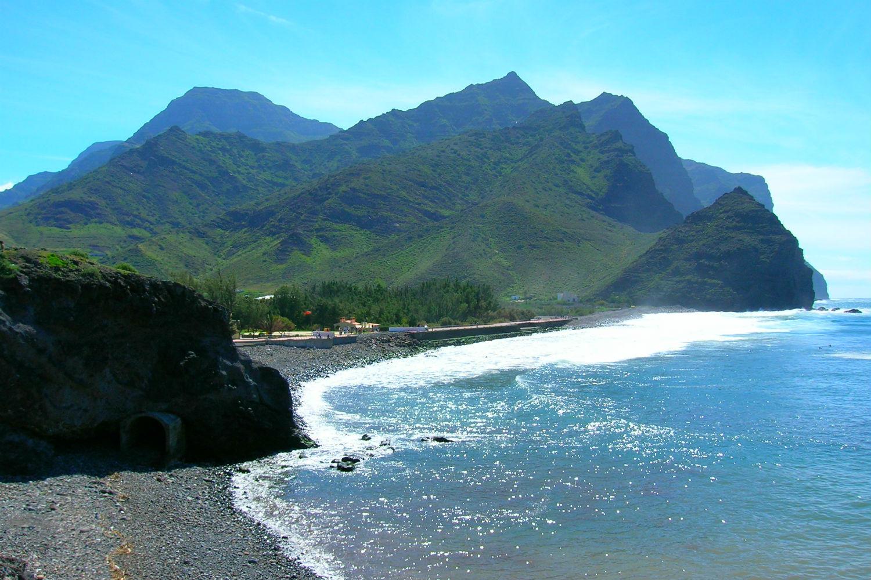 Playa de arena negra en Gran Canaria para ponerse moreno en navidad