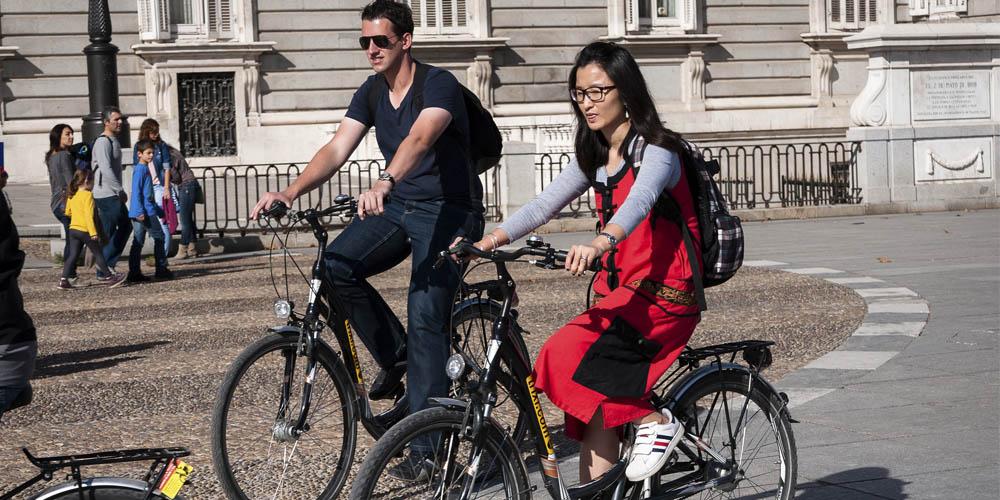 Planes románticos y originales que hacer en Madrid con tu pareja: Tour en bicicleta por Madrid