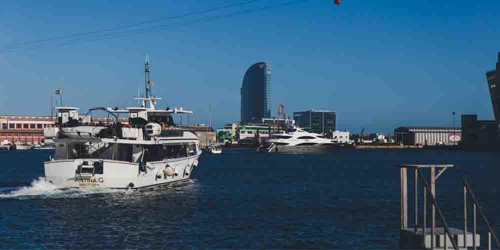 Las Golondrinas navegando por el Puerto Viejo.