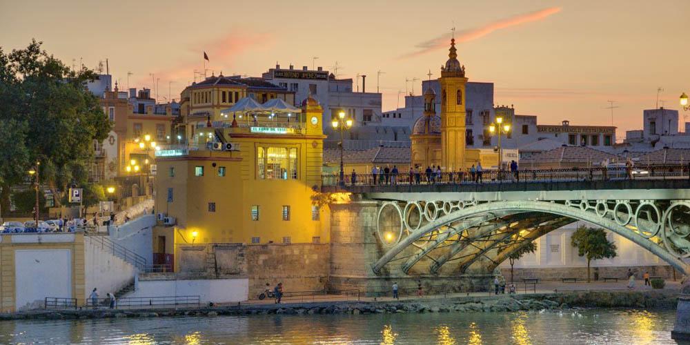Planes románticos en Sevilla para hacer con tu pareja: Crucero por el Guadalquivir