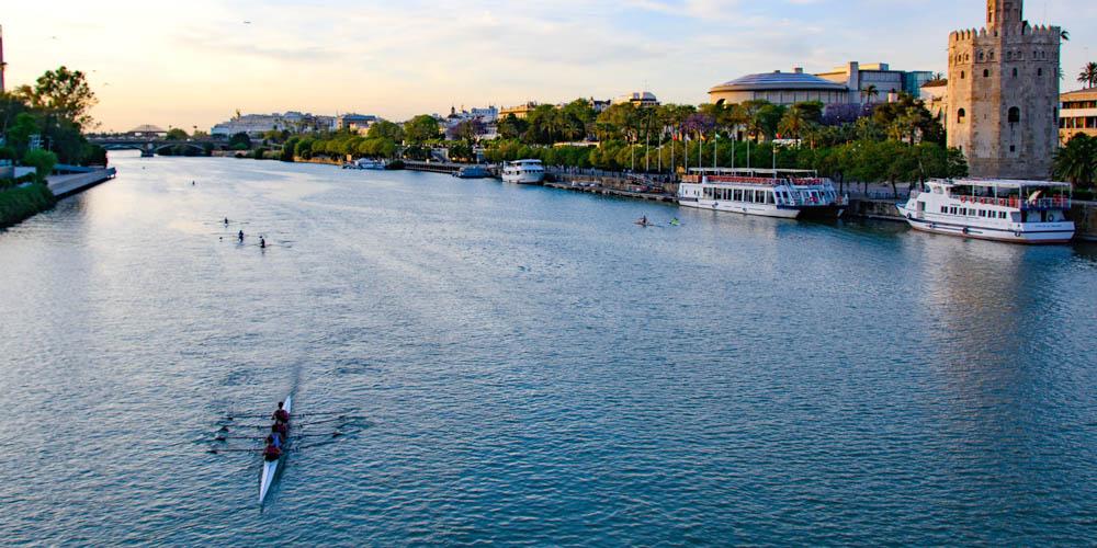 Planes románticos en Sevilla para hacer con tu pareja: Kayak para dos en el Guadalquivir