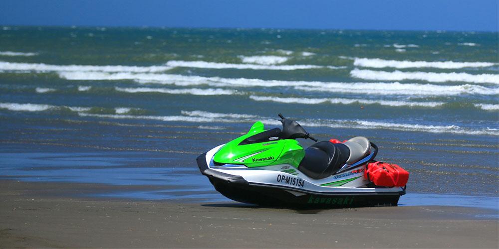 Planes románticos que hacer en Valencia con tu pareja: Tour en moto de agua por la costa