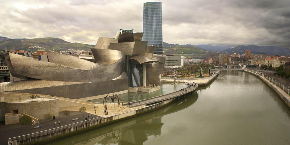 Lugares románticos de Bilbao y planes que hacer con tu pareja en Bilbao si estás in love: Barco por la ría de Bilbao