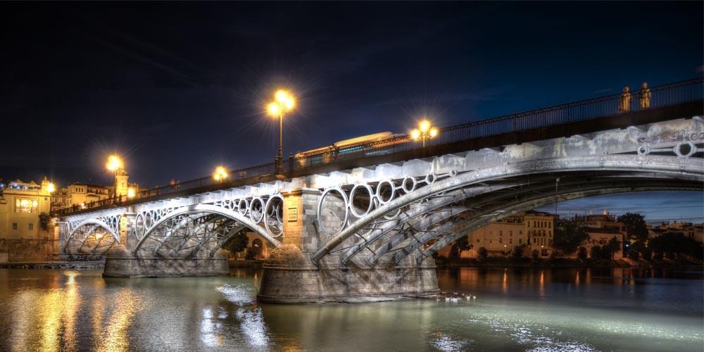 Planes románticos en Sevilla para hacer con tu pareja: Tour del misterio por Triana