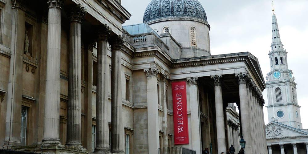 Entre las principales cosas que hacer en Trafalgar Square está visitar la fachada de la National Gallery.