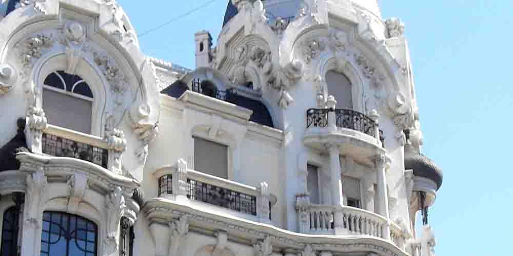 Arquitectura de las fachadas en Gran Vía de Madrid.