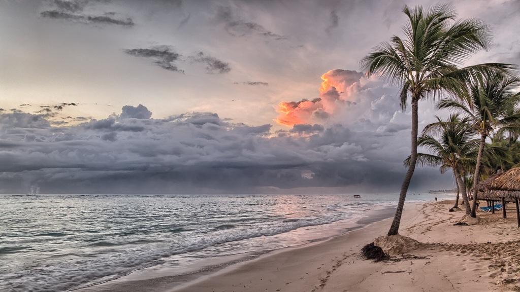 Temporada de lluvias en Rivieras Maya. Playa después de la tormenta.
