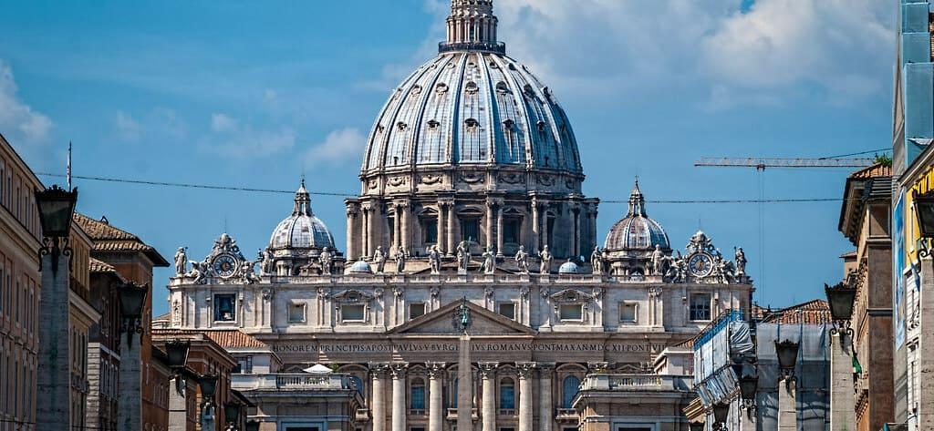 Vista frontal de la Basílica de San Pedro y la Cúpula.