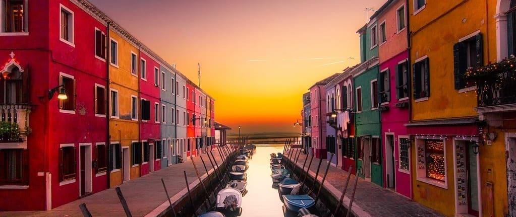 Casas de colores en la isla de Burano de Venecia