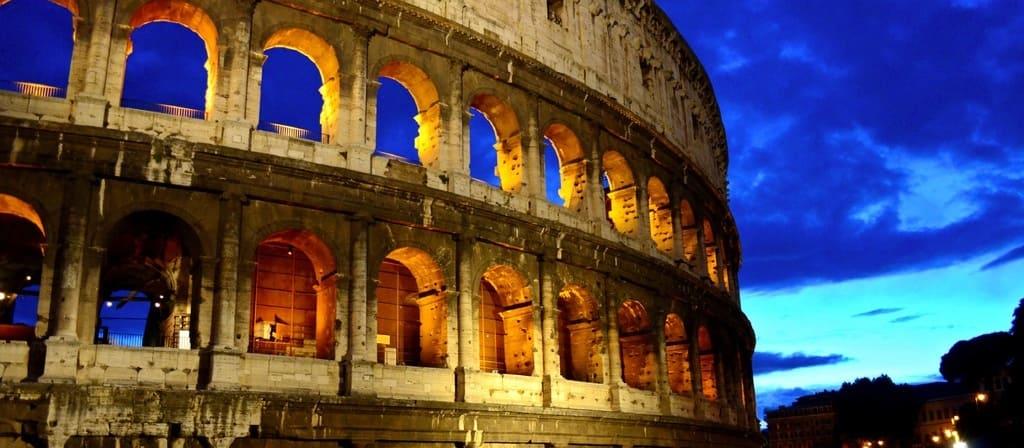 Vista del Coliseo al atardecer, pásate por el espectáculo de gladiadores.
