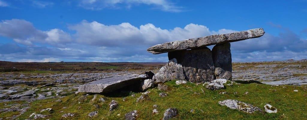Imagen de un dolmen en el Parque Nacional de Burren