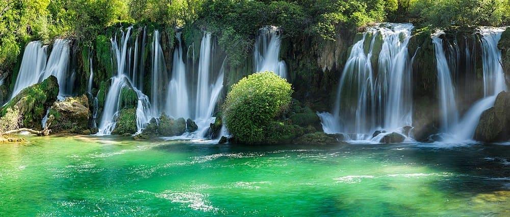 El agua cayendo por las Cascadas de Kravice