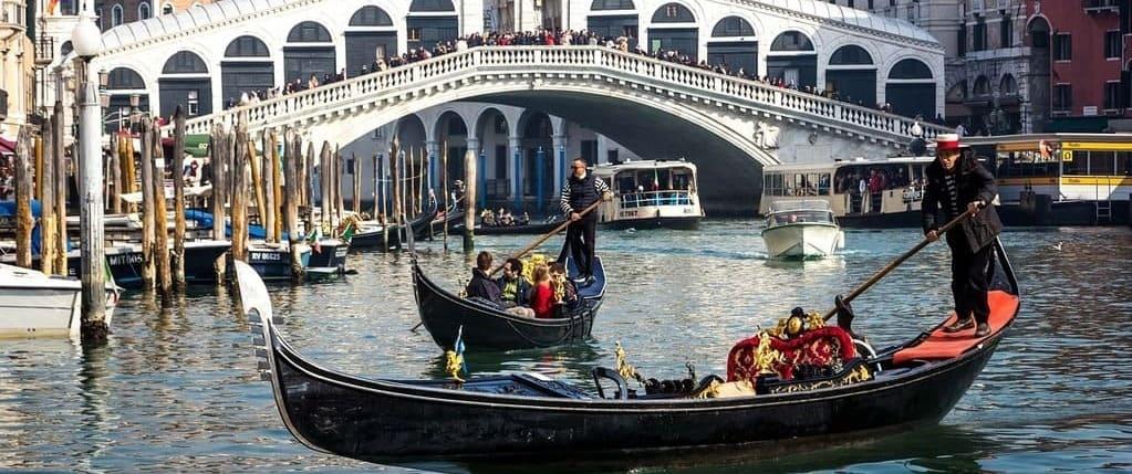 Fotografía de una gondola en una excursión a Venecia