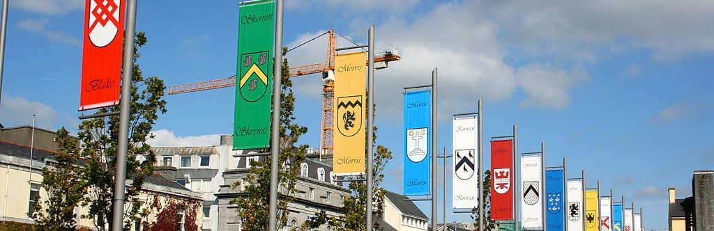 Vista de los estandartes colgados en Eyre Square en Galway