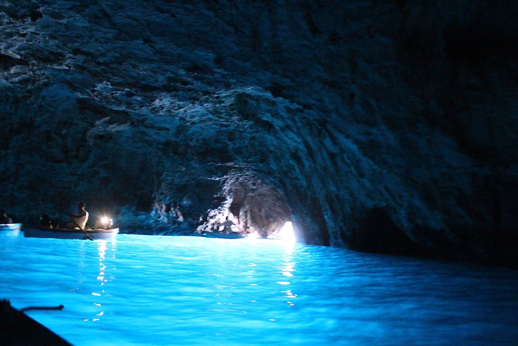 Imagen del interior de la Gruta Azul de la isla de Capri que muestra el juego de luces que la hace tan famosa.