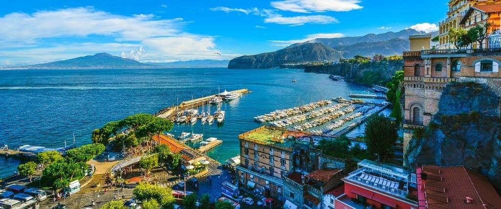 Vista de Sorrento y su puerto sobre el mar Mediterráneo.