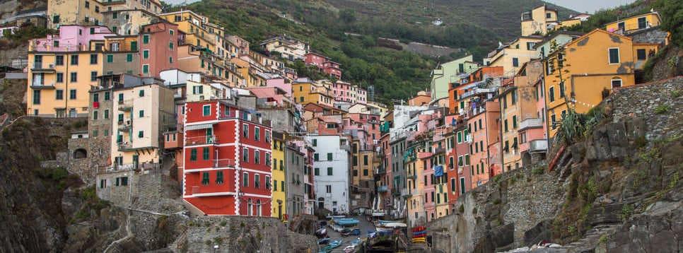Vista frontal de los coloridos pueblos de Cinque Terre en el acantilado.