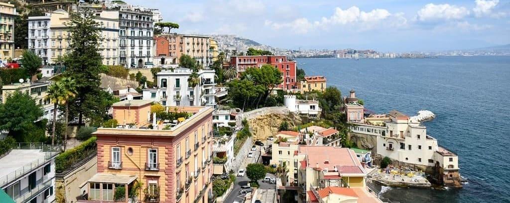 Vista de Nápoles sobre la costa de Amalfi en una escapada desde roma