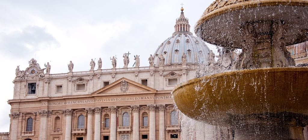 Vista frontal de la Basílica de San Pedro y su cúpula desde la plaza San Pedro en el Vaticano