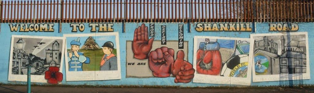 Grafiti con motivo político en uno de los muros de Belfast