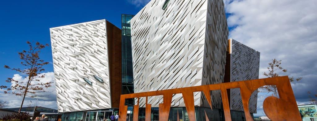 Puerta frontal y letrero del Museo del Titanic en Belfast