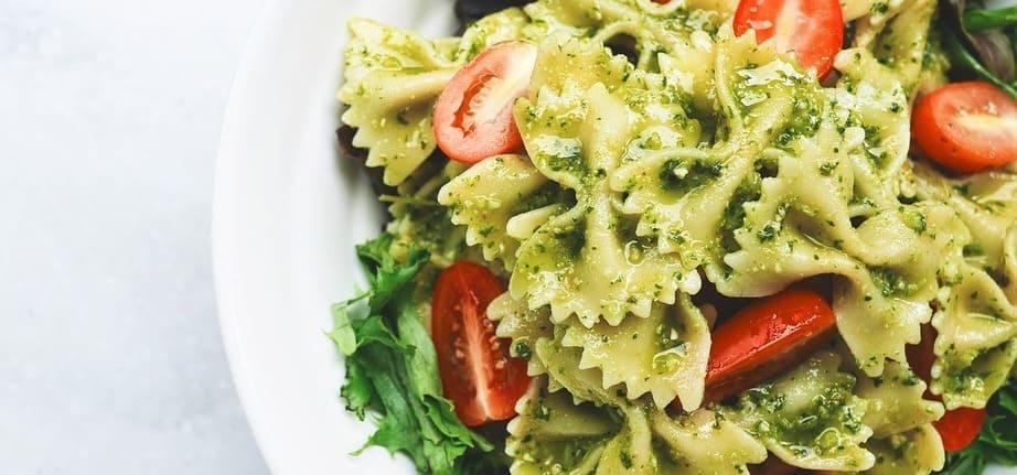 Plato de pasta con tomate, espinacas y el famoso pesto de la zona de La Spezia.