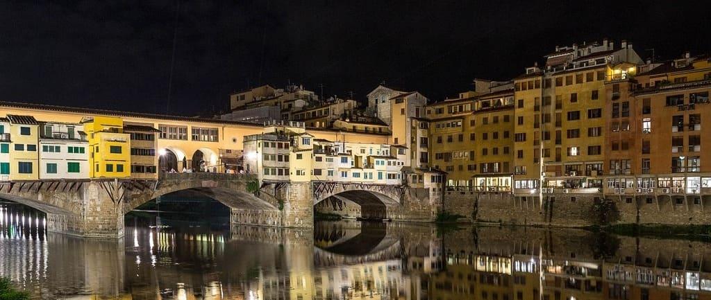 Vista del puente Viejo en Florencia sobre el río.