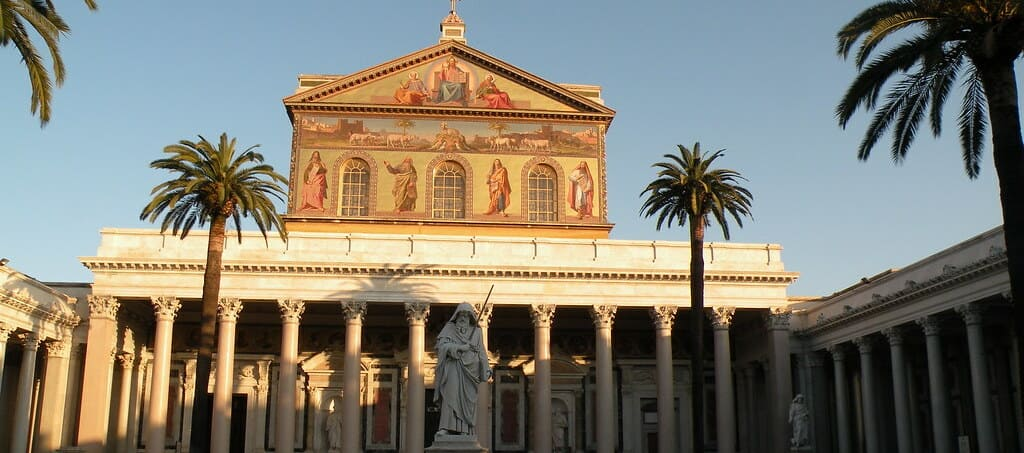 Puerta frontal de la Basílica de San Pablo Extramuros, sigue leyendo para conocer qué hacer y ver en Roma