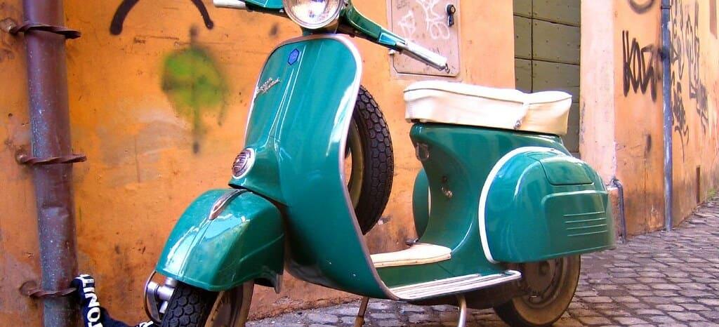 Moto Vespa azul, no te pierdas el tour en Vespa a través de Roma.