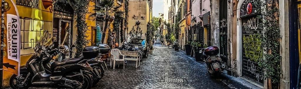 Calle en el barrio Trastévere, sigue bajando para saber qué ver en Roma