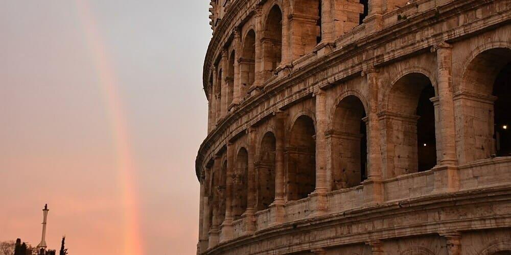 Atardecer frente al Coliseo Romano en diciembre.