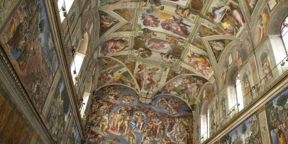 Admira los frescos de Miguel Ángel en la Capilla Sixtina.