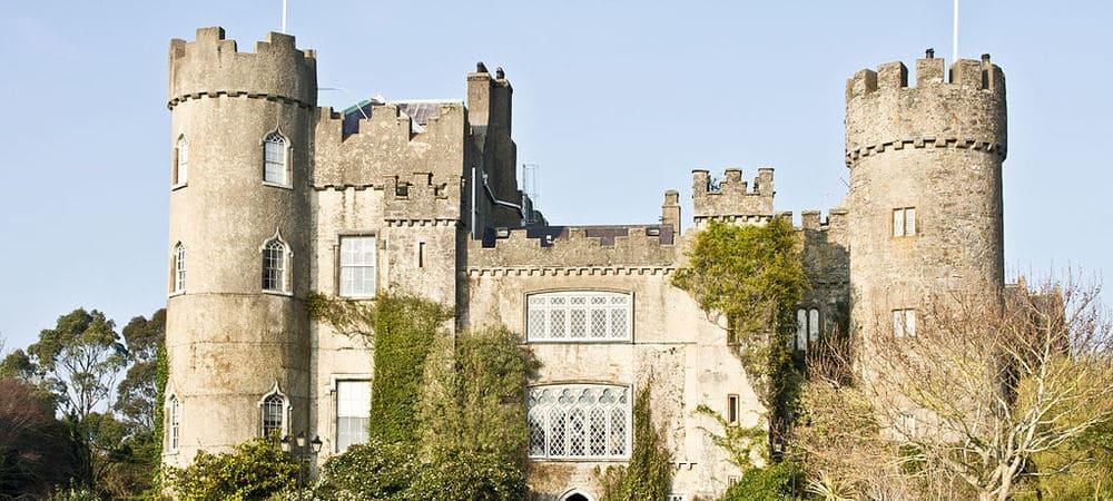 Vista frontal del Castillo de Malahide. Sigue bajando para descubrir las 30 mejores cosas que ver y hacer en Dublín.