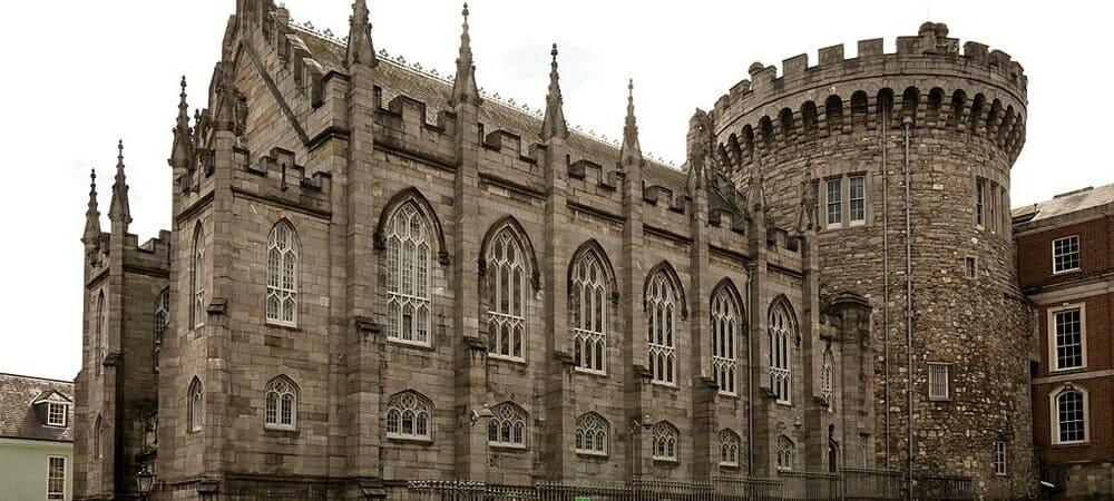 Vista del exterior del Castillo de Dublín. Sigue leyendo para conocer las 30 mejores cosas que ver y hacer en Dublín.