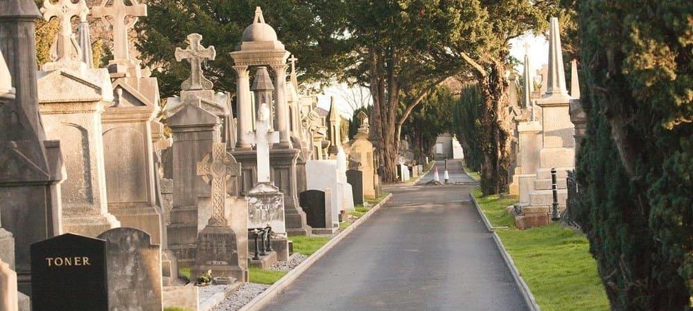 Imagen de uno de los caminos dentro del cementerio Glasnevin,