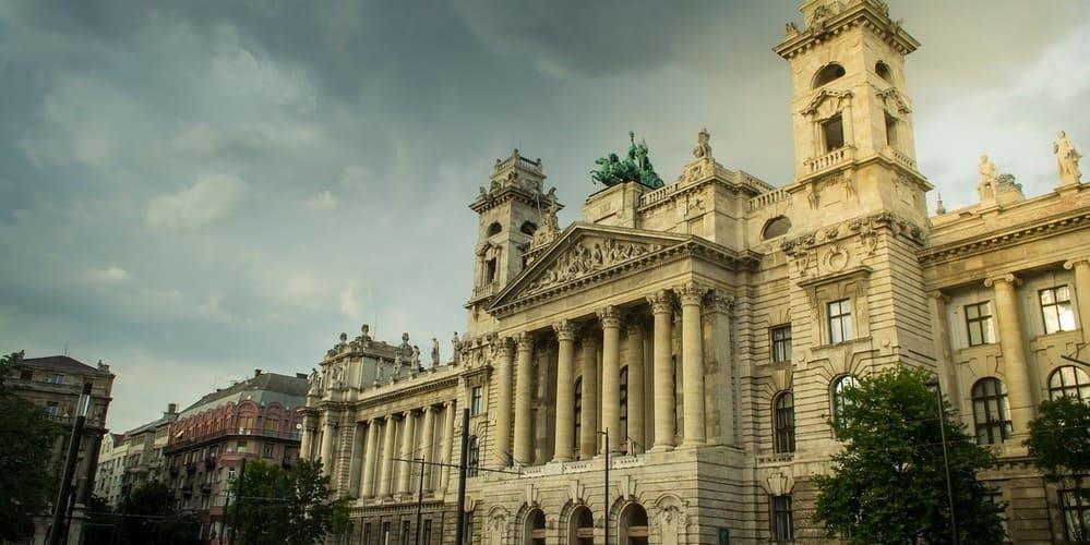 Museo Etnográfico en contraste con el tiempo, clima y temperatura de Budapest en Noviembre