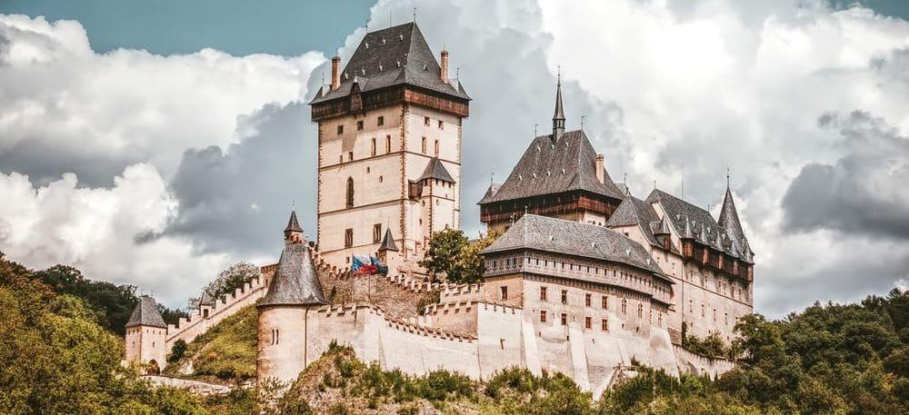 Visto del Castillo de Karlstejn desde abajo