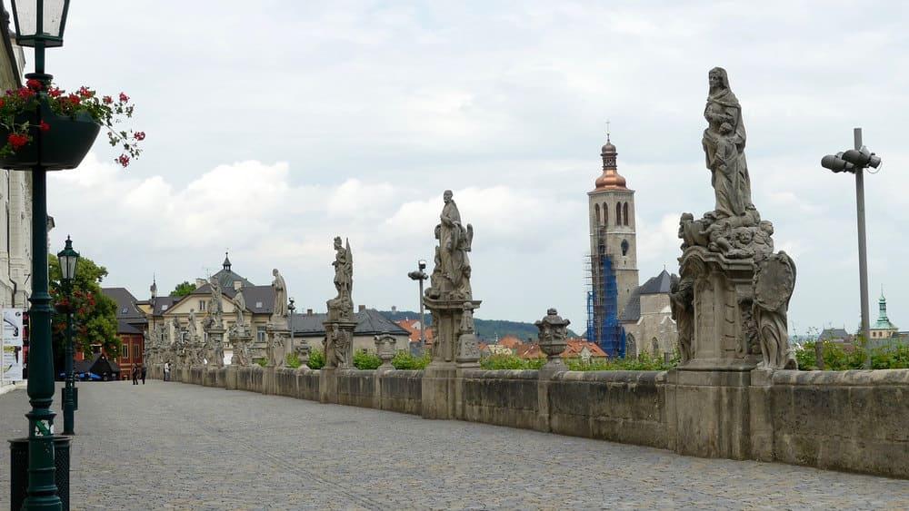 Estatuas cerca de la Catedral de Santa Bárbara