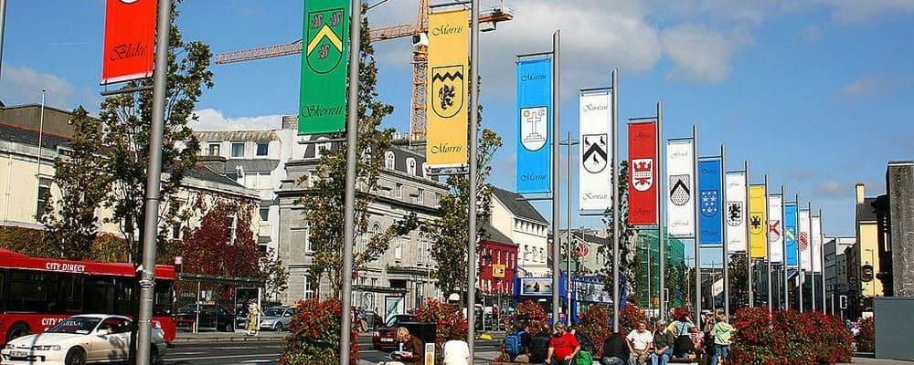 Vista de los estandartes colgados en Eyre Square en Galway.