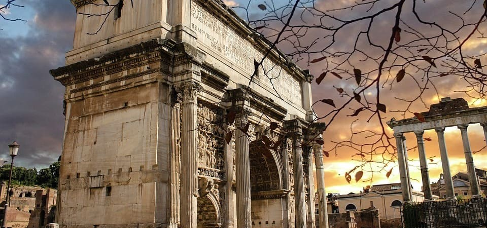 Pasea por el Foro Romano al atardecer