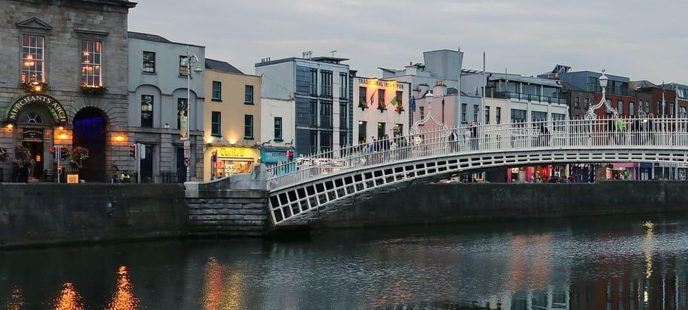 Vista del Puente Ha'Penny al atardecer.