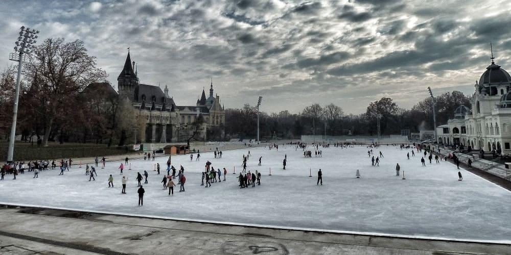 Pista de patinaje en la calle en Budapest durante la Navidad