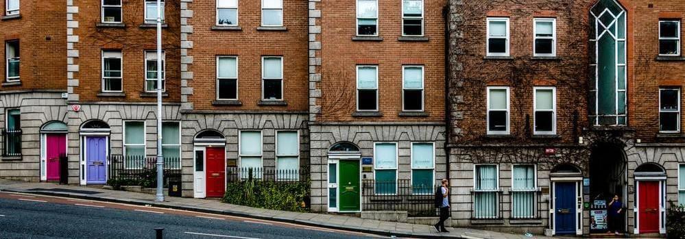 Imagen de puertas de colores en las calles de Dublín