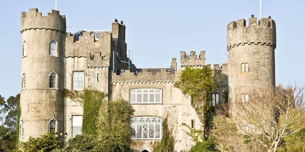 Vista frontal del Castillo de Malahide, una de las mejores cosas que hacer la capital irlandesa.