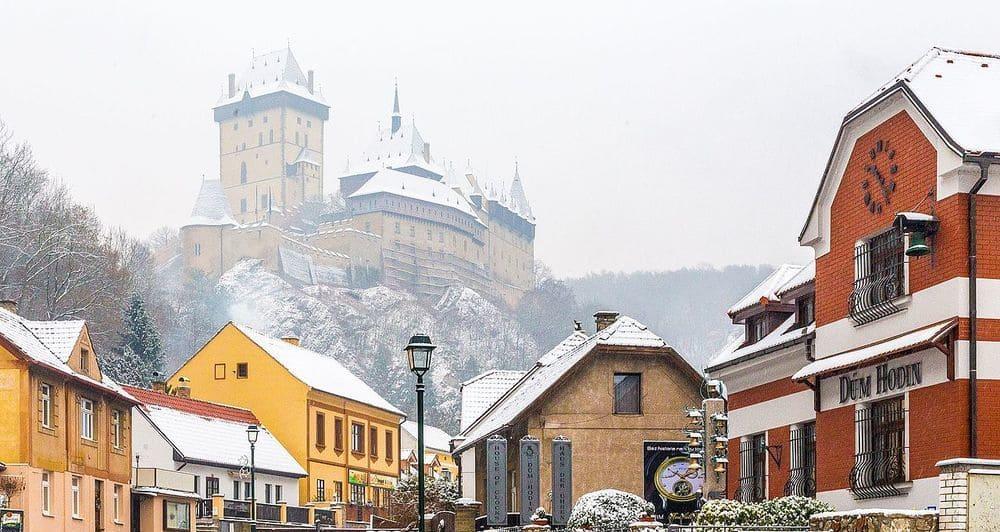 El Castillo de Karlstejn coronando la ciudad
