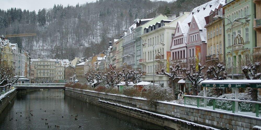 Vista de la ciudad de Karlovy Vary en invierno
