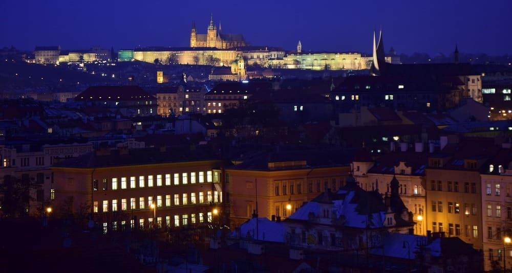 Imagen de Praga nevada con el castillo iluminado al fondo