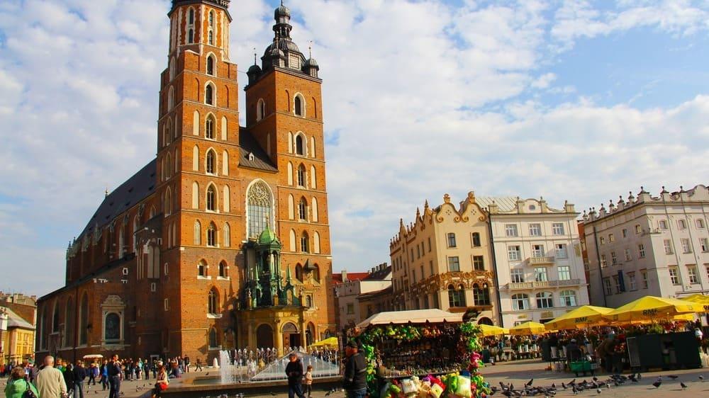 Plaza del Mercado y la Basílica de Santa María.