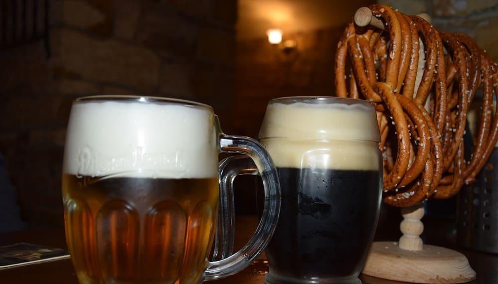 Disfruta de una cerveza mientras comes un pretzel