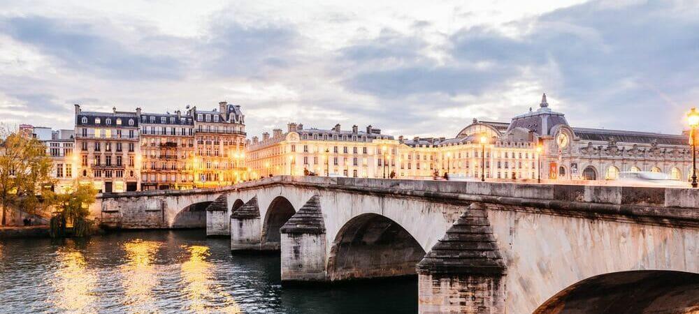 Uno de los 37 puentes que atraviesan el río Sena en París